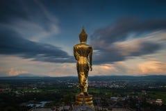 Buddha che sta su una montagna Fotografie Stock Libere da Diritti