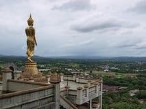 Buddha che sta su una montagna, Nan Province della Tailandia Immagini Stock