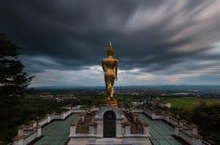 Buddha che sta su una montagna nel Nord della Tailandia Immagini Stock