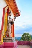 Buddha che sta su una montagna, Tailandia fotografia stock libera da diritti