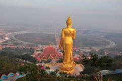 Buddha che sta su una montagna Wat Phra That Khao Noi, Nan Provin Immagine Stock Libera da Diritti