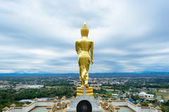 Buddha che sta su una montagna Wat Phra quel Khao Noi Immagine Stock