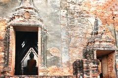 Buddha in chiesa disintegrata Fotografia Stock Libera da Diritti
