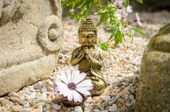 Buddha con l'altare ed il fiore Fotografia Stock Libera da Diritti