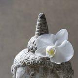 Buddha con l'orchidea Fotografia Stock