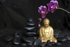Buddha con l'orchidea Fotografie Stock