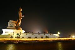 Buddha con la luz de la vela. Fotos de archivo