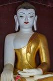 Buddha con rosso rosso delle labbra delle mani enormi dei forti braccia fiorisce Immagine Stock