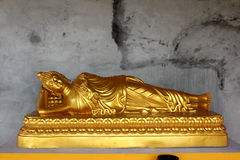 Buddha de descanso de oro Imagen de archivo libre de regalías