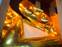 Buddha de descanso dourado Imagens de Stock