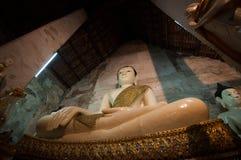 Buddha de mármore na igreja fotografia de stock