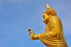 Buddha de oro bendice Imágenes de archivo libres de regalías