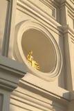 Buddha de oro en ventana del círculo Imágenes de archivo libres de regalías