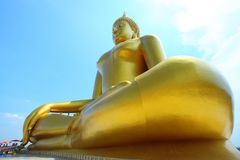 Buddha de oro grande en el muang de Wat, Tailandia Foto de archivo libre de regalías