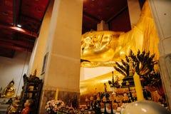 Buddha de reclinação dourado idoso em Wat Phra Non Chakkrasi Worawihan, fotografia de stock royalty free
