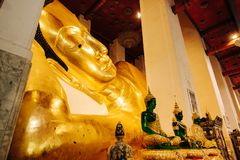 Buddha de reclinação dourado idoso em Wat Phra Non Chakkrasi Worawihan, fotos de stock