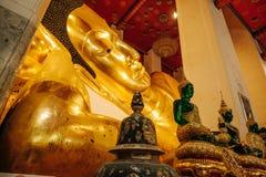 Buddha de reclinação dourado idoso em Wat Phra Non Chakkrasi Worawihan, imagem de stock royalty free