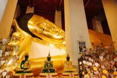 Buddha de reclinação dourado idoso em Wat Phra Non Chakkrasi Worawihan, foto de stock royalty free