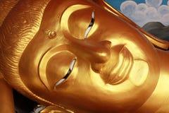 Buddha de reclinação em Tailândia Foto de Stock Royalty Free