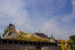 Buddha de reclinação em Wat Phra Mongkol Kiri Fotografia de Stock