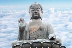 Buddha del Po Lin Monastery all'isola di Lantau Hong Kong con fondo del cielo nuvoloso fotografia stock