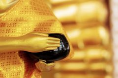Buddha, der Almosen hält lizenzfreies stockfoto