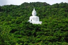 Buddha, der auf dem Berg sitzt Lizenzfreies Stockfoto