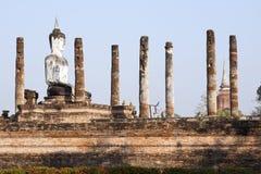 Buddha, der in den Ruinen sitzt lizenzfreies stockbild