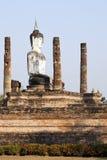 Buddha, der in den Ruinen sitzt stockbild