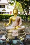 Buddha, der eine Bereichballkugel gesetzt in der Lotoslage hält Lizenzfreie Stockfotos