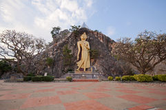 Buddha in der Höhle am Felsen-Park Ratchaburi Thailand Khao Ngoo lizenzfreie stockbilder