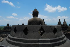 Buddha, der heraus bei Borobudur anstarrt Lizenzfreie Stockfotografie