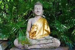 Buddha, der im Garten meditiert Stockfotografie