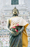 Buddha, der Lotos hält Stockfoto