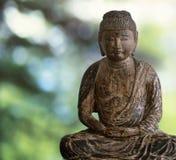 Buddha di legno sulla foresta verde Fotografie Stock