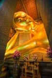 Buddha di menzogne all'interno del tempiale di Wat Po, Bangkok immagine stock libera da diritti