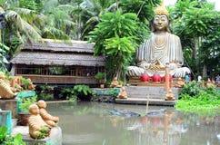 Buddha di pietra decora un parco a tema acquatico asiatico della giungla fotografia stock libera da diritti