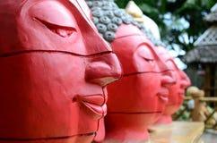 Buddha di pietra gigante decora un parco a tema acquatico asiatico della giungla fotografie stock