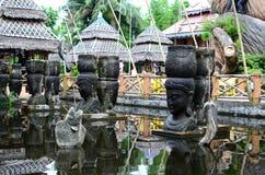 Buddha di pietra gigante decora un parco a tema acquatico asiatico della giungla immagine stock libera da diritti