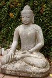 Buddha di pietra nella posizione di loto. Immagini Stock