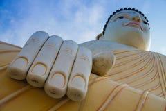 Buddha di seduta contro il cielo Fotografia Stock Libera da Diritti