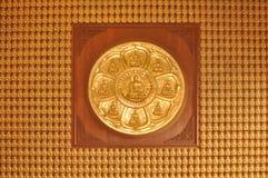 Buddha di seduta di aiuto nel tempio Fotografia Stock Libera da Diritti