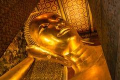 Buddha dorato adagiantesi, tempio di Wat Pho, Bangkok, Tailandia Immagini Stock