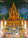 Buddha dorato all'interno del tempiale Fotografia Stock
