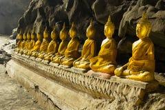 Buddha dorato in caverna di Khao Luang Immagini Stock Libere da Diritti
