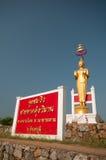 Buddha dorato con cielo blu Immagini Stock Libere da Diritti