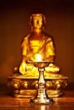 Buddha dorato con la lampada di olio Fotografia Stock