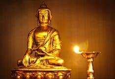 Buddha dorato con la lampada di olio Immagine Stock Libera da Diritti