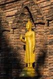 Buddha dorato davanti a Maha Chedi antica nel Nord della Tailandia Immagine Stock Libera da Diritti