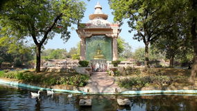 Buddha dorato nel parco stock footage